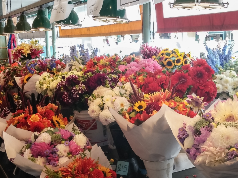 flowers at pike place market- seattle | whiskandmuddler.com
